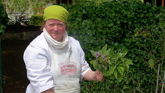 Villa le Barone :Edi la cuisinière vient de cueillir de la sauge
