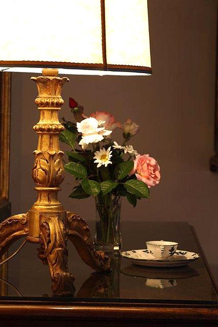 Fleurs fraîches pour accueillir les hôtes dans leur chambre à Villa le Barone