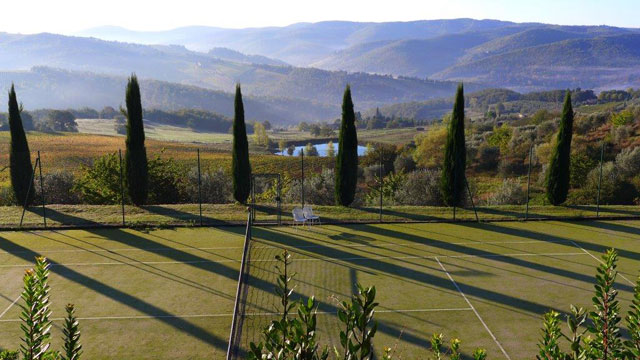 Les cyprès au court de tennis à Villa le Barone dans le Chianti