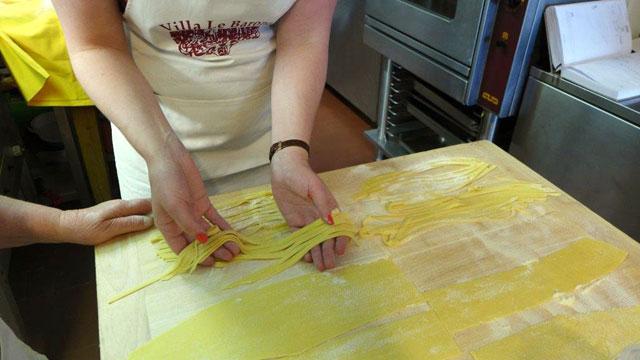 cours de cuisine à Villa e Barone : la préparation de tagliatelle