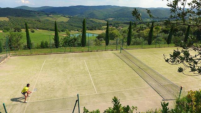 Tennis avec vue à Villa le Barone en Toscane