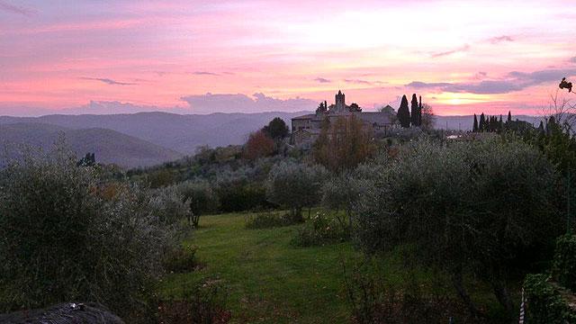 Coucher de soleil sur l'église San Leolino vu de Villa le Barone Toscane