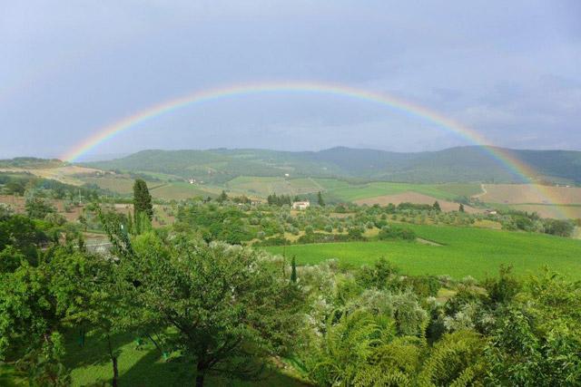 Arc-en-ciel sur les collines du Chianti depuis Villa le Barone