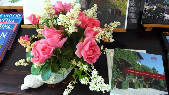 Fleurs et livre dans l'entrée de Villa le Barone Message de sécurité