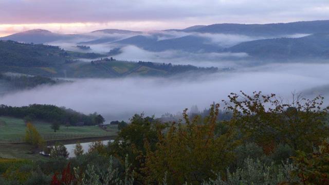 Lever de soleil sur les collines du Chianti vu de Villa le Barone