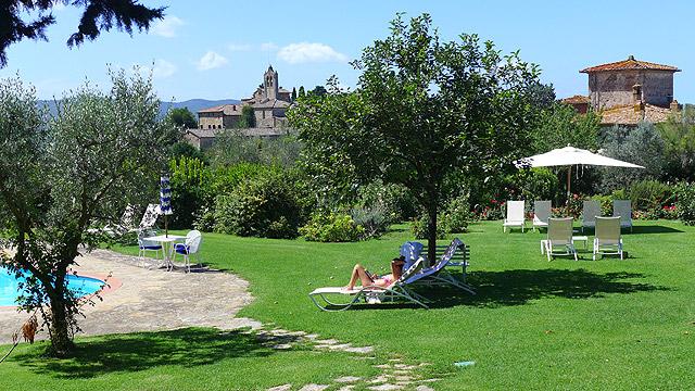 Vue de la piscine de Villa le Barone en Toscane