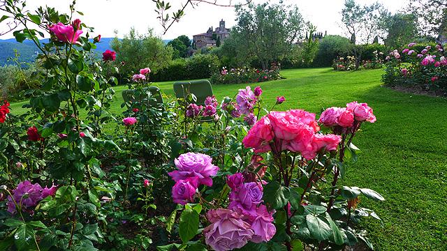 Relaxation dans les jardins de Villa le Barone en Toscane