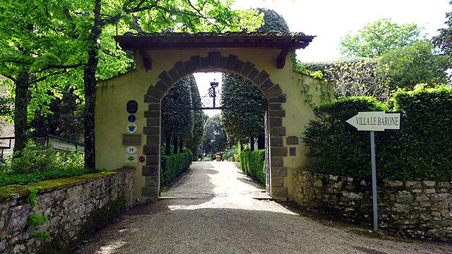 L'entrée de Villa le Barone au printemps