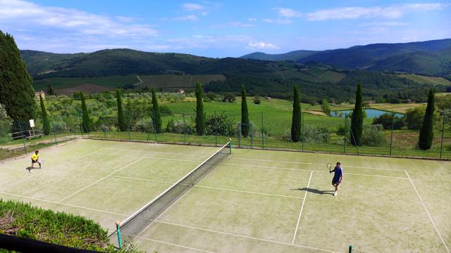 Tennis avec vue sur les collines du Chianti à Villa le Barone en Toscane