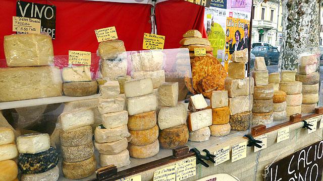 Fromages Italiens sur un marcché Toscan