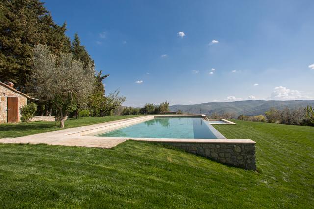 Piscine à débordement chauffée à l'hôtel Villa le Barone Toscane