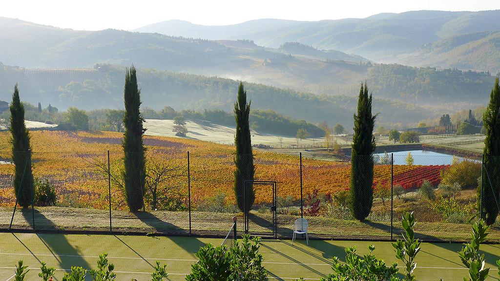 Les collines du Chianti et les vignobles en automne vus du tennis de Villa le Barone